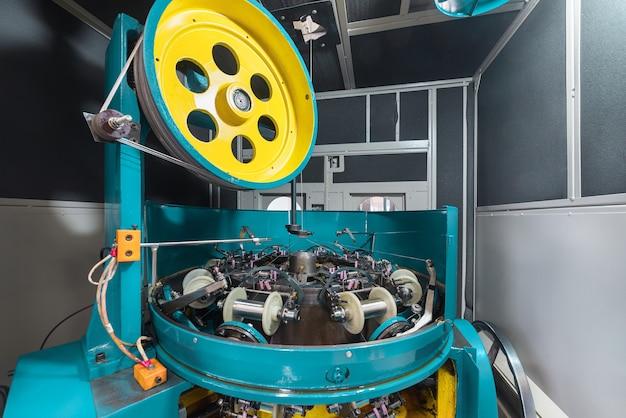 Внутренние механизмы высокоскоростной плетеной машины. оборудование для изготовления металлической оплетки.