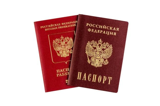 Международные и внутренние российские паспорта, изолированные на вид сверху белой стене крупным планом