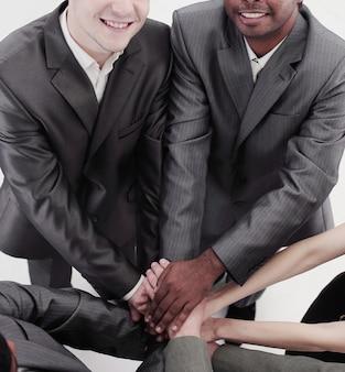 彼らの団結を示す国際的なビジネスチーム。