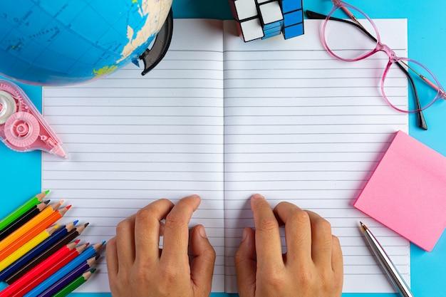 Concetto di alfabetizzazione della giornata internazionale con strumenti di apprendimento