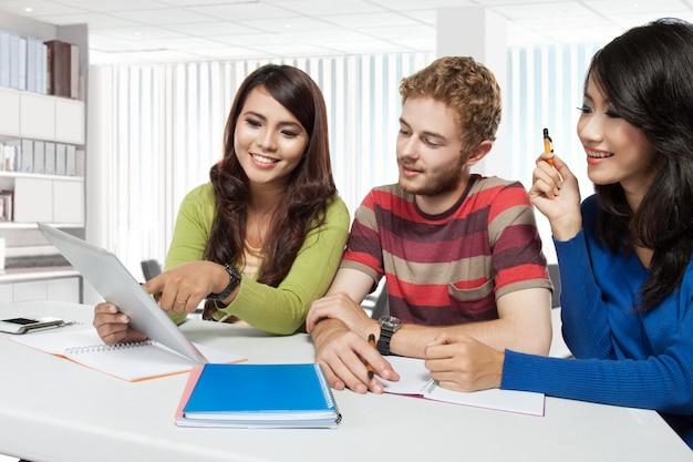 若い学生の国際的なグループ