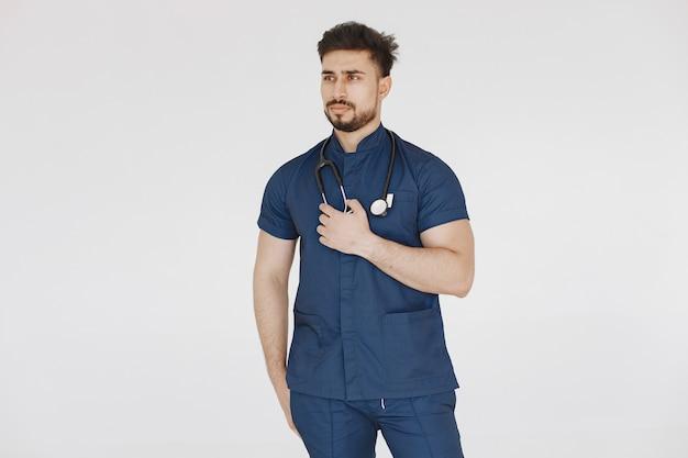 Studente internazionale di medicina. uomo in uniforme blu. medico con lo stetoscopio.