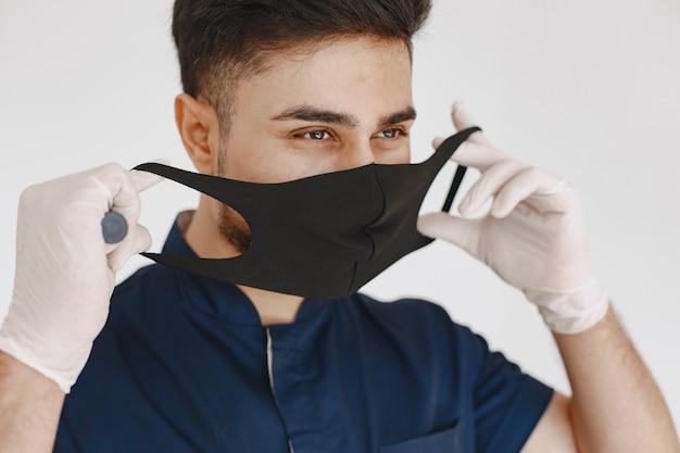 국제 의대생. 파란색 제복을 입은 남자. 마스크에있는 의사.