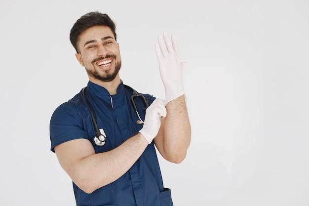 Международный студент-медик. мужчина в синей форме. врач со стетоскопом.