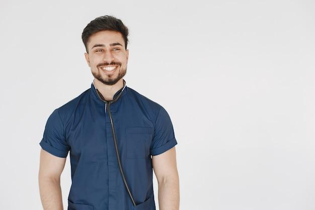 국제 의대생. 파란색 제복을 입은 남자. 청진 기와 의사입니다.