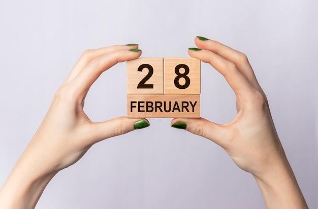 Международный день редких заболеваний, надпись на деревянном календаре куба.