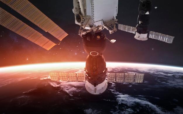 Международная космическая станция на орбите красивой планеты земля. элементы этого изображения, предоставленные наса