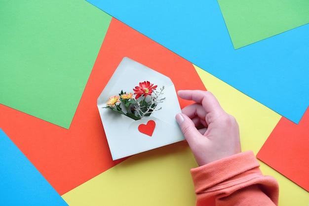 국제 감사의 날. 손을 계층화 된 종이에 꽃 봉투를 잡으십시오.