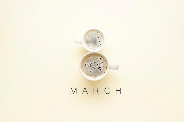 Концепция международного женского дня. 8 марта. две чашки утреннего кофе в форме цифры 8, плоская кладка.