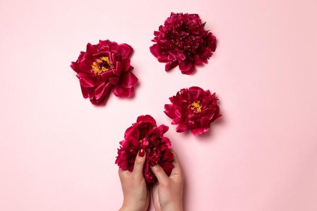 세계 여성의 날. 여성의 몸의 형태로 모란 꽃.