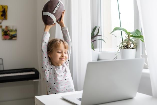 인터넷 중독과 컴퓨터 개념, 아이와 노트북, 럭비 공을 든 어린 소녀