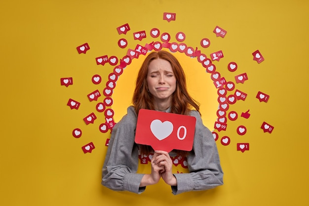 インターネットブログ。アイコンのような心を持っている動揺した女性の肖像画、クリックすることをお勧めします