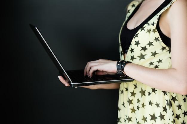 인터넷 비즈니스 및 전자 상거래. 온라인 디지털 마케팅. 웹에서 돈을 벌 수 있습니다. 노트북을 들고 여자입니다.