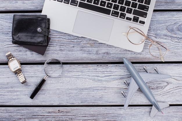 인터넷 비즈니스 개념은 평평합니다. 복사 공간이 있는 나무 테이블에 유리 돋보기와 지갑이 있는 노트북.