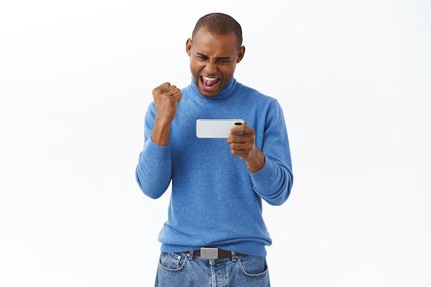 인터넷, 온라인 라이프스타일 및 사람들의 개념입니다. 경쟁력 있는 아프리카계 미국인 남자 주먹 펌프