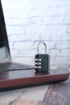 Концепция безопасности в интернете с замком на клавиатуре компьютера