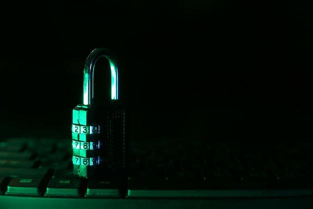 컴퓨터 키보드에 자물쇠와 인터넷 안전 개념