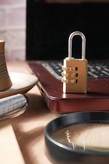 コンピューターのキーボードに南京錠をかけたインターネットの安全性の概念