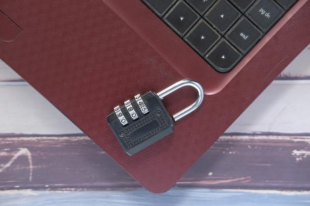 Концепция безопасности в интернете с замком на ноутбуке