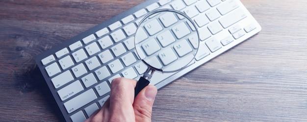 인터넷 검색 개념, 돋보기 및 컴퓨터 키보드 프리미엄 사진