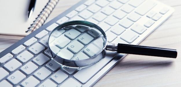인터넷 검색 개념, 컴퓨터 키보드에 돋보기