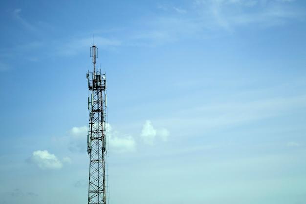 Интернет-башня против голубого неба. телекоммуникационная башня с тв-передатчиком. башня связи.