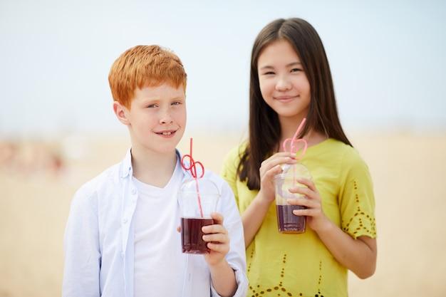 Межрасовые дети с летними напитками