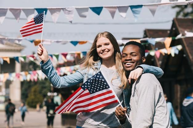 アメリカ独立記念日のお祝いの異人種間のカップル