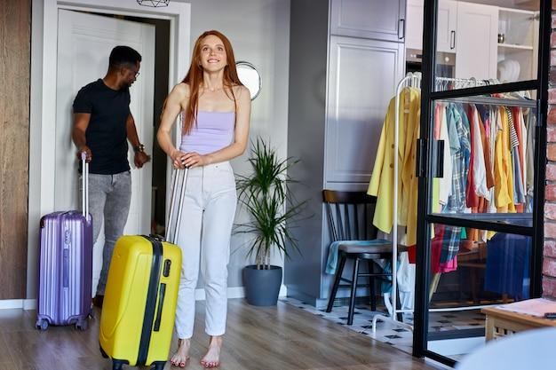 Межрасовая пара входит в новую квартиру, молодые женатые мужчина и женщина
