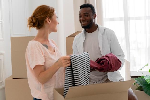 移動する準備をしている異人種間のカップル