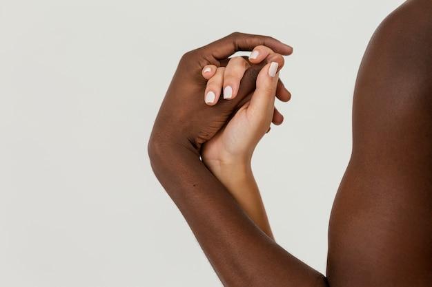 Межрасовая пара, взявшись за руки