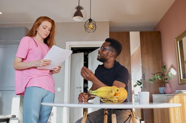 Interracial 부부는 메일을 읽고 집에서 부엌에서 회계를 확인