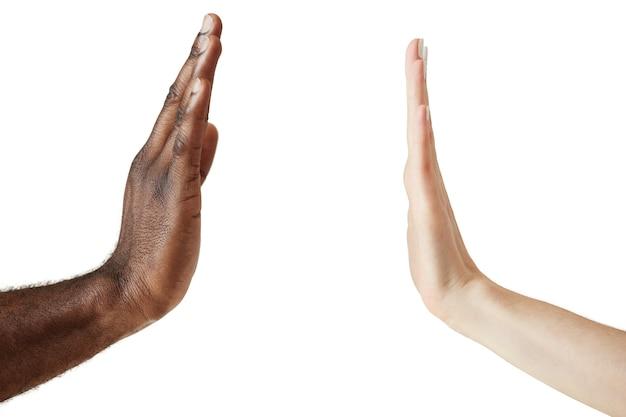 Изолированные межрасовые человеческие руки
