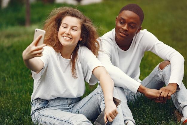 Студенты-межрасовые веселятся и весело смеются в парке