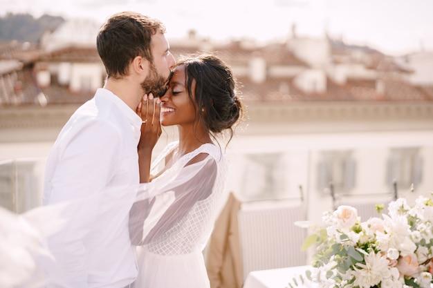異人種間の結婚式のカップル。イタリア、フィレンツェのデスティネーションファインアートウェディング