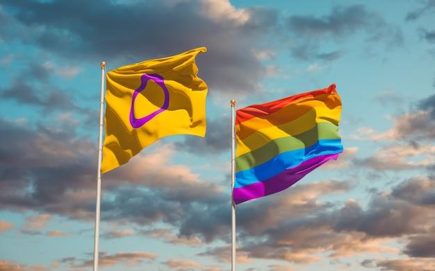 空の背景にインターセックスプライドとlgbtの旗