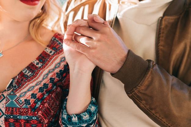 恋をしているカップルの絡み合って団結した手。のんき、人間関係、情熱、優しさ、愛情、感情、ロマンス、絆、抱擁、調和、自由、平和、穏やかの概念。