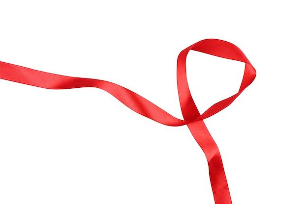 흰색 배경을 분리하는 얽힌 빨간 리본. 고품질 사진