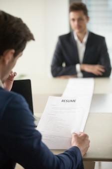 Интервьюер читает соискателям длинное резюме