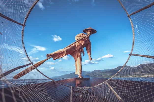 Intha рыбак работает по утрам