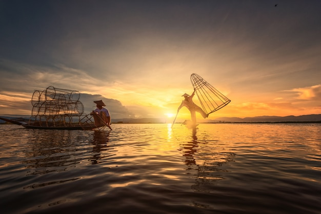 Intha рыбаки работают по утрам