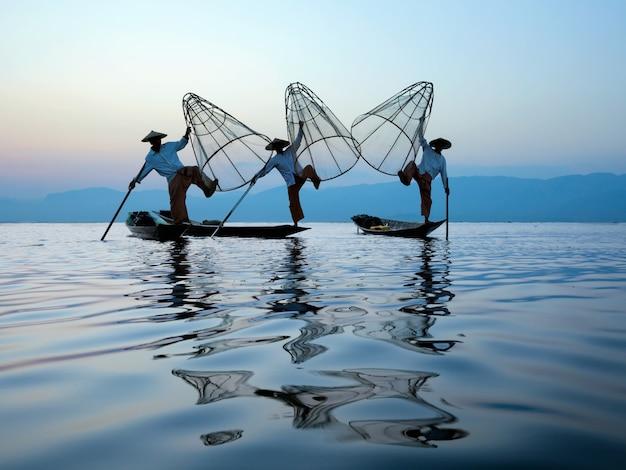 Люди intha обладают стилем для ног и уникальным рыболовным снаряжением.