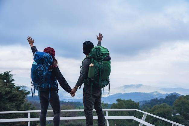 Азиатские пары путешествия природа в горах зимой. путешествие отдохнуть. естественная сельская местность касания на inthanon doi в таиланде.
