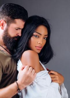 愛の若い10人に情熱的な激しいセックスの信頼を持っている幸せな恋人の若いカップルのための親密な瞬間...