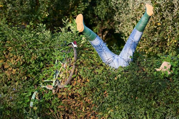 酔っ払い自転車が茂みにinto落した