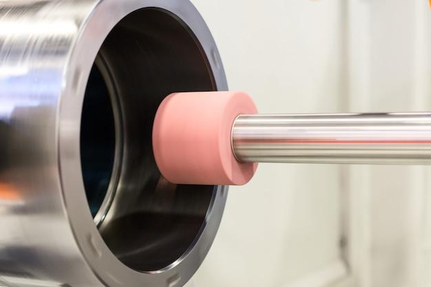 Внутришлифовальный станок во время работы. есть шлифовка внутреннего отверстия втулки.