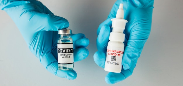 간호사의 손에 있는 비강 및 액체 covid 백신