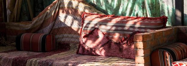 배경으로 이집트 또는 모로코 카펫에 복잡한 디자인 오래 된 전통적인 다채로운 카펫