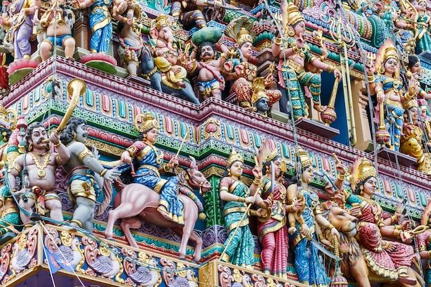 Сложное индуистское искусство и резьба по божеству на фасаде