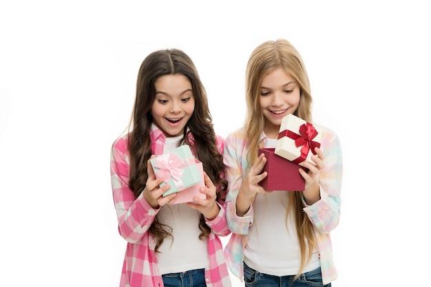 Интригующий момент. подарок на день рождения. сестры-девочки или подруги держат подарочные коробки.